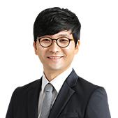 김유신 선생님이 미소짓고 있습니다
