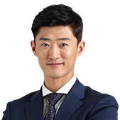 박영진(진쌤) 선생님이 미소짓고 있습니다