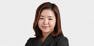 김현경선생님이 웃고있습니다.