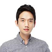윤재현선생님 체크 셔츠를 입으셨습니다.